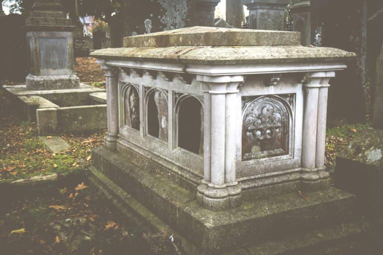 sepolcro in pietra per tumulazioni I.O.F. Pacucci Bari